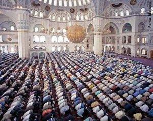 pessoas em um templo islamico