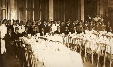 fotografia de grupo católico em almoço