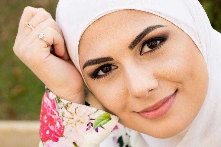 Fotografia destaca rosto de Mag usando véu branco