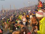 Milhões de peregrinos participam na cidade de Allahabad, Índia, da maior aglomeração do mundo, o festival hindu Maha Kumbh Mela, realizado a cada 12 anos e com duração de 55 dias. Os fiéis se reúnem no local onde os rios Ganges e Yamuna se encontram, mergulhando nas águas para purificar e mergulhar seus pecados.  <br> <br> Palavras-chave: Índia, festival, ritual, cerimônia, purificação, hindu, hinduísmo, lugar sagrado, maha kumbh mela, rito, celebração