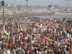 Para os fiéis, o festival Maha Kumbh Mela é a ocasião para rezar e relaxar na companhia de familiares e amigos. <br> <br> Palavras-chave: Índia, festival, ritual, cerimônia, purificação, hindu, hinduísmo, lugar sagrado, maha kumbh mela, rito, celebração, Ganges, Yamuna, sadhus