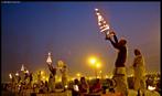 Fiéis se reúnem nas margens do rio Ganges na noite anterior ao início do festival Maha Kumbh Mela. <br> <br> Palavras-chave: Índia, festival, ritual, cerimônia, purificação, hindu, hinduísmo, lugar sagrado, maha kumbh mela, rito, celebração, Ganges, Yamuna, sadhus