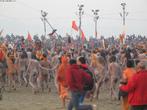 Peregrinos participantes do festival Maha Kumbh Mela e correm para mergulhar nas frias águas dos rios Ganges e Yamuna durante apenas alguns minutos para purificar seus pecados. <br> <br> Palavras-chave: Índia, festival, ritual, cerimônia, purificação, hindu, hinduísmo, lugar sagrado, maha kumbh mela, rito, celebração, Ganges, Yamuna, sadhus