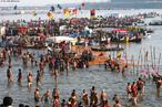 Hindus se banham nas águas geladas dos rios Ganges e Yamuna durante festival religioso Maha Kumbh Mela, o maior do mundo. <br> <br> Palavras-chave: Índia, festival, ritual, cerimônia, purificação, hindu, hinduísmo, lugar sagrado, maha kumbh mela, rito, celebração, Ganges, Yamuna, sadhus