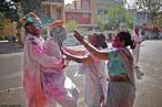 Durante os dias do festival das cores na Índia as pessoas saem às ruas vestidas de branco levando tintas em pó e pistolas de água para colorir umas as outras. O objetivo é celebrar a igualdade, o amor e a união de todas as cores. E é o único dia em que todas as castas podem se juntar. <br><br> Palavras-chave: Índia, primavera, festa, ritual, religioso, hinduista, cores, tradição, Lahtmar Holi, Festival das Cores, castas