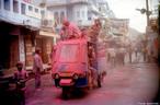 Na Índia, entre fevereiro e março, a chegada da primavera é recebida com uma festa multicolorida e um ritual religioso hinduista da celebração da vitória entre o bem e o mal. <br><br> Palavras-chave: Índia, primavera, festa, ritual, religioso, hinduista, cores, tradição, Lahtmar Holi, Festival das Cores, castas