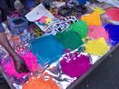 Na Índia, entre fevereiro e março, a chegada da primavera é recebida com uma festa multicolorida e um ritual religioso hinduista da celebração da vitória entre o bem e o mal. Esta foto mostra as feiras onde são vendidos os pós coloridos para as pessoas jogarem uma nas outras.<br><br> Palavras-chave: Índia, primavera, festa, ritual, religioso, hinduista, cores, tradição, Lahtmar Holi, Festival das Cores, castas