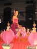 O festival de Loi Krathong ocorre na noite de lua cheia do 12 º mês no tradicional calendário lunar tailandês. No calendário ocidental, normalmentea data acontece em novembro.  Este festival, inclui danças, vestimentas tradicionais e uma apresentação de fogos de artifício. A imagem mostra uma participante que está em um carro alegórico.<br><br>Palavras-chave: Festa. Calendário. Loi Krathong. Religioso