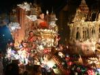 O festival de Loi Krathong ocorre na noite de lua cheia do 12 º mês no tradicional calendário lunar tailandês. No calendário ocidental, normalmentea data acontece em novembro.  Este festival, inclui danças, vestimentas tradicionais e uma apresentação de fogos de artifício. A imagem mostra um  dos carros alegóricos que fazem parte da festa.<br><br>Palavras-chave: Festa. Calendário. Loi Krathong. Religioso