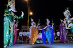 O festival de Loi Krathong ocorre na noite de lua cheia do 12 º mês no tradicional calendário lunar tailandês. No calendário ocidental, normalmentea data acontece em novembro. Este festival, inclui danças, vestimentas tradicionais e uma apresentação de fogos de artifício. A imagem mostra dançarinas em um desfile com carros alegóricos.<br><br>Palavras-chave: Festa. Calendário. Loi Krathong. Religioso