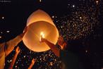 Loi kratong é uma festa anual celebrada na Tailândia, Laos e Burma (Myanmar). Nesta festa, milhões de pessoas acendem candeeiros feitos de massa de arroz e os soltam ao céu. De acordo com a crença dessas pessoas, neles vão todos os maus sentimentos que as pessoas querem mandar para bem longe.<br><br>Palavras-chave: Festa. Calendário. Loi Krathong. Religioso. Candeeiros