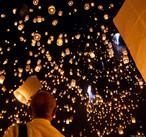 Loi kratong é uma festa anual celebrada na Tailândia, Laos e Burma (Myanmar). Nesta festa, milhões de pessoas acendem candeeiros feitos de massa de arroz e os soltam ao céu. De acordo com a crença dessas pessoas, neles vão todos os maus sentimentos que as pessoas querem mandar para bem longe<br><br>Palavras-chave: Festa. Calendário. Loi Krathong. Religioso. Candeeiros