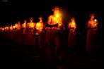 Loi Krathong surgiu em Sukhothai, no norte da Tailândia, e é uma celebração de agradecimento ao rio pelo uso de suas águas. Nela são feitas oferendas na forma de barquinhos com flores de lótus ou folhas de bananeiras com incenso e velas, acompanhadas de pedidos de sorte no futuro e de perdão. É um momento em que as pessoas se reúnem para adorar a natureza e renovar suas esperanças.<br><br>Palavras-chave: Loi Krathong. Festival. Pedidos. Oferendas. Flores de lótus. Velas.