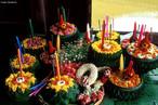 A festa de Loi krathong é decorada com folhas de bananeira meticulosamente dobradas, incensos, e velas. Uma moeda pequena às vezes é incluída como uma oferenda aos espíritos do rio.<br><br>Palavras-chave: Loi Krathong. Festival. Pedidos. Oferendas. Flores de lótus. Velas.