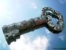A chave é um dos símbolos utilizados pela umbanda, que é uma das religiões dos afrodescendentes, simboliza a abertura dos caminhos. São Pedro é o guardião da chave que para os umbandistas é o Xangô Agodô. O poder das chaves é o que faculta ligar e desligar, abrir ou fechar o céu, poder conferido a São Pedro pelo Cristo. <br><br> Palavras-chave: chave, umbanda, caminhos, Xangô Agodô.
