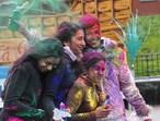 Durante os dias do festival as pessoas saem às ruas levando tintas em pó e pistolas de água para colorir umas as outras. O objetivo é celebrar a igualdade, o amor e a união de todas as cores. E é o único dia em que todas as castas podem se juntar. <br><br> Palavras-chave: Índia, primavera, festa, ritual, religioso, hinduista, cores, tradição, Lahtmar Holi, Festival das Cores, castas