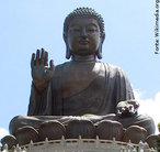 A representação de Buda, geralmente vem cheia de simbolismo, nessa imagem podemos fazer algumas considerações. O cabelo anelado de Buda é uma referência à inteligência superior de que era dotado. Lóbulos da orelha alongados simboliza a nobreza de Buda - uma explicação possível para este símbolo é a de que os nobres da época de Buda utilizariam muitos ornamentos nas orelhas como forma de ostentar riqueza e poder. O peso destes adornos poderiam causar o gradual alongamento dos lóbulos. Buda, devido a sua origem nobre, teria usado estes ornamentos, deformando seus lóbulos. Os lóbulos alongados e sem brincos de Buda lembrariam o fato de que Buda era rico e nobre, mas que decidira abandonar tudo isso para buscar o sentido da vida. Isto seria um exemplo de vida para todas as pessoas. A mão direita aberta de Buda é o gesto chamado de abhaya, &quot;sem medo&quot;, e simboliza que o devoto pode se aproximar de Buda sem medo. A postura de meditação de Buda é uma referência à importância da meditação dentro do Budismo. <br><br> Palavras-chave: Buda, simbolismo, cabelo anelado, lóbulos alongados, mão direita aberta, meditação.