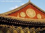 O Budismo foi fundado por um príncipe hindu e as duas formas da suástica são uma herança dessa cultura. O símbolo foi incorporado desde a Dinastia Liao nos ideogramas chineses, com o sinal representativo &#33836; ou &#19975; (wan, em chinês; man, em japonês; van, em vietnamita), significando algo como &quot;um grande número&quot;, &quot;multiplicidade&quot;, &quot;grande felicidade&quot; ou &quot;longevidade&quot;, mas o desenho &#21328; (suástica virada à direita) é raramente usado. A suástica marca as fachadas de muitos templos budistas. As suásticas (qualquer das duas variantes) costumam ser desenhadas no peito de muitas esculturas de Buda, e frequentemente aparecem ao pé da estatuária de Buda. Em razão da associação da suástica voltada para a direita com o nazismo após a segunda metade do século XX, a suástica budista fora da Índia tem sido utilizada apenas na sua forma &#21325; (virada para a esquerda).<br><br>Palavras-chave: suástica, templo, budismo, símbolos, Buda