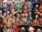 No México, ao invés de melancolia, os mortos são homenageados com grandes festas. Isso faz com que o país receba visitas de turistas de todo mundo. Existem alguns símbolos que são muito utilizados no dia dos mortos para homenageá-los, como os crisântemos, que representam o sol e a chuva, a vida e a morte e por serem flores mais resistentes são muito usadas nos velórios; e as velas, que significam a luz do falecido, as coisas boas que eles deixaram para seus parentes vivos.  <br><br/> Palavras-chave: México, mortos, símbolos, homenagem, vida e a morte, caveiras, ritos