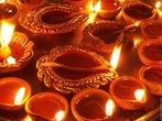 É o principal festival do hinduísmo. Aqui são mostradas as tradicionais Diyas, que frequentemente são acesas durante o Diwali. O hinduísmo apresenta diversos festivais ao longo do ano. O calendário hindu costuma prescrever estas datas. Estes festivais tipicamente celebram eventos da mitologia hindu, e coincidem muitas vezes com as mudanças de estação. Existem festivais que são celebrados principalmente por seitas específicas ou em certas regiões do Subcontinente Indiano. Alguns dos festivais mais importantes são o Maha Shivaratri, Holi, Ram Navami, Krishna Janmastami, Ganesh Chaturthi, Dussera e Durga Puja, além do Diwali. <br><br> Palavras-chave: Diwali, festival, hinduísmo, calendário, mitologia.