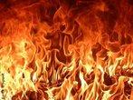 O elemento que parece ter vida, porque consome, aquece e ilumina, mas também pode causar dor e morte, é simbolicamente ambivalente. Muitas vezes é símbolo sagrado da lareira e simboliza também o Espírito Santo que, na forma de línguas de fogo, inspirou os apóstolos durante a primeira festa de Pentecostes. Acender o fogo no início do novo ano era um ato sagrado importante no antigo México. Por outro lado, tem o aspecto negativo do fogo do inferno, do incêndio aniquilador e da destruição que vem do fogo do céu, isto é, do raio, assim como do fogo vulcânico que vem do interior da Terra. <br><br/> Palavras-chave: elemento, iluminar, morte, ambivalência, Espírito Santo, Pentecostes, inferno
