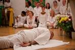 Na religião do Candomblé, o ato de se curvar ao chão identifica que se deseja adentrar neste campo, pois nesta saudação pede-se licença ao &quot;EM CIMA&quot;, ao &quot;EM BAIXO&quot;`, à  &quot;ESQUERDA&quot;  e à &quot;DIREITA&quot; deste local. <br><br> Palavras-chave: religião, Candomblé, rito, saudação, benção, chão, paisagem religiosa