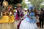 Essa festa é uma confraternização que se faz com o seu orixá. Na qual todos os orixás vestem suas roupas, usam suas paramentas, dançam ao som dos atabaques, comem e compartilham com todos os presentes suas comidas. Nessas festas todos brincam, louvam, vestem seu orixá, e não tem um número específico de rezas para cada santo. <br><br/> Palavras-chave: festa, orixás, confraternização, dança, atabaque, beleza, rezas, paisagem religiosa, ritos