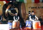 A palavra taiko significa simplesmente &quot;grande tambor&quot; em Japonês. Fora do Japão, a palavra é usada frequentemente para referir-se a alguns dos vários tambores japoneses. No Japão feudal, taikos eram frequentemente usados para motivar as tropas, para ajudar a marcar o passo na marcha e para anunciar comandos e anúncios marciais. <br><br> Palavras-chave: Tambor, Taiko, Instrumentos Musicais, Japão, Guerra