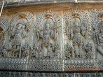 Escultura no templo de Hoysaleswara representando a Trimúrti: Brahma, Shiva e Vishnu. A Trimúrti é formada por Brahma (criação), Vishnu (conservação) e Shiva (destruição), que representam as três forças essenciais do Universo. Partilham do ideal de que tudo que é criado e/ou nascido deve evoluir, manter-se e, de uma forma ou de outra, acabar-se, destruir-se. Isso com tudo: pessoas, animais, objetos, mundo, universo, etc. Sem visões negativas e/ou positivas; todas são necessárias e essenciais. <br><br> Palavras-chave: escultura, templo, hinduísmo, universo simbólico.