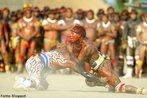 O Kuarup é uma festa muito importante que acontece uma vez por ano no Parque Indígena do Alto Xingu e dura dois dias. Durante as celebrações há comida, danças, cânticos, rezas e o momento das lamentações, quando na aldeia são erguidos troncos de madeira pintados e enfeitados com faixas de cor amarela e vermelha. Cada tronco representa um morto. O ritual Kuarup é realizado uma vez por ano, entre os meses de julho e setembro, sendo marcado por prantos e lamentações, numa saudação dos índios a seus mortos ilustres, encerrando o período de luto.<br><br>Palavras-chave: Kuarup, mortos, festival, natureza,  Parque Indígena, Alto Xingu, comida, danças, cânticos, rezas.