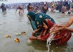 Mulheres e crianças participam do ritual do Maha Kumbh Mela na cidade indiana de Allahabad. <br> <br> Palavras-chave: Índia, festival, ritual, cerimônia, purificação, hindu, hinduísmo, lugar sagrado, maha kumbh mela, rito, celebração, Ganges, Yamuna, sadhus