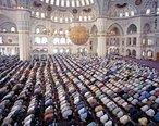 """A palavra Ramadan encontra-se relacionada com a palavra árabe ramida, """"ser ardente"""", possivelmente pelo facto do Islão ter celebrado este jejum pela primeira vez no período mais quente do ano. É um tempo de renovação da fé, da prática mais intensa da caridade, e vivência profunda da fraternidade e dos valores da vida familiar. Neste período pede-se ao crente maior proximidade dos valores sagrados, leitura mais assídua do Alcorão, frequência à mesquita, correção pessoal e autodomínio.<br><br>Palavras-chave: Ramadan, mesquita, sagrado, Alcorão, fé, renovação, árabe, jejum."""