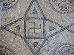 Na arte e arquitetura Greco-romana, como na arte românica e gótica do Oriente, suásticas isoladas são relativamente raras, e geralmente são encontradas como elemento repetitivo de bordas ou tesselas (pedras quadradas com que se lajeiam compartimentos de edifícios - espécie de mosaico). Um exemplo de tessela é a que orna o piso da Catedral de Amiens, na França. Bordas de suástica unidas também era um motivo arquitetônico comum em Roma, e pode ser visto em edifícios mais recentes como elemento neoclássico.<br><br>Palavras-chave: arquitetura, Arte Greco-romana, Oriente, suásticas, mosaico, tessela