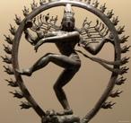 Shiva é uma divindade importante para o hinduísmo, religião que nasceu na Índia. Nesta imagem o Deus Shiva dança, a mão direita toca um tambor pequeno que marca o ritmo de sua dança. Na mão esquerda apresenta uma língua de fogo na palma. Dança pisando o corpo de um pequeno anão que representa o homem mergulhado na ignorância. A auréola de chamas que o rodeia representa a vitalidade inesgotável bem como a luz do conhecimento.<br><br> Palavras-chave: deusa, hinduísmo, religião, Índia, dança, rituais